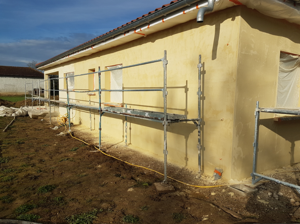 Projection de façade en enduit hydraulique sur briques Monomur. 1